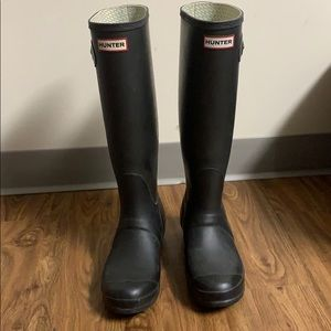 BLACK HUNTER BOOTS GOOD CONDITION